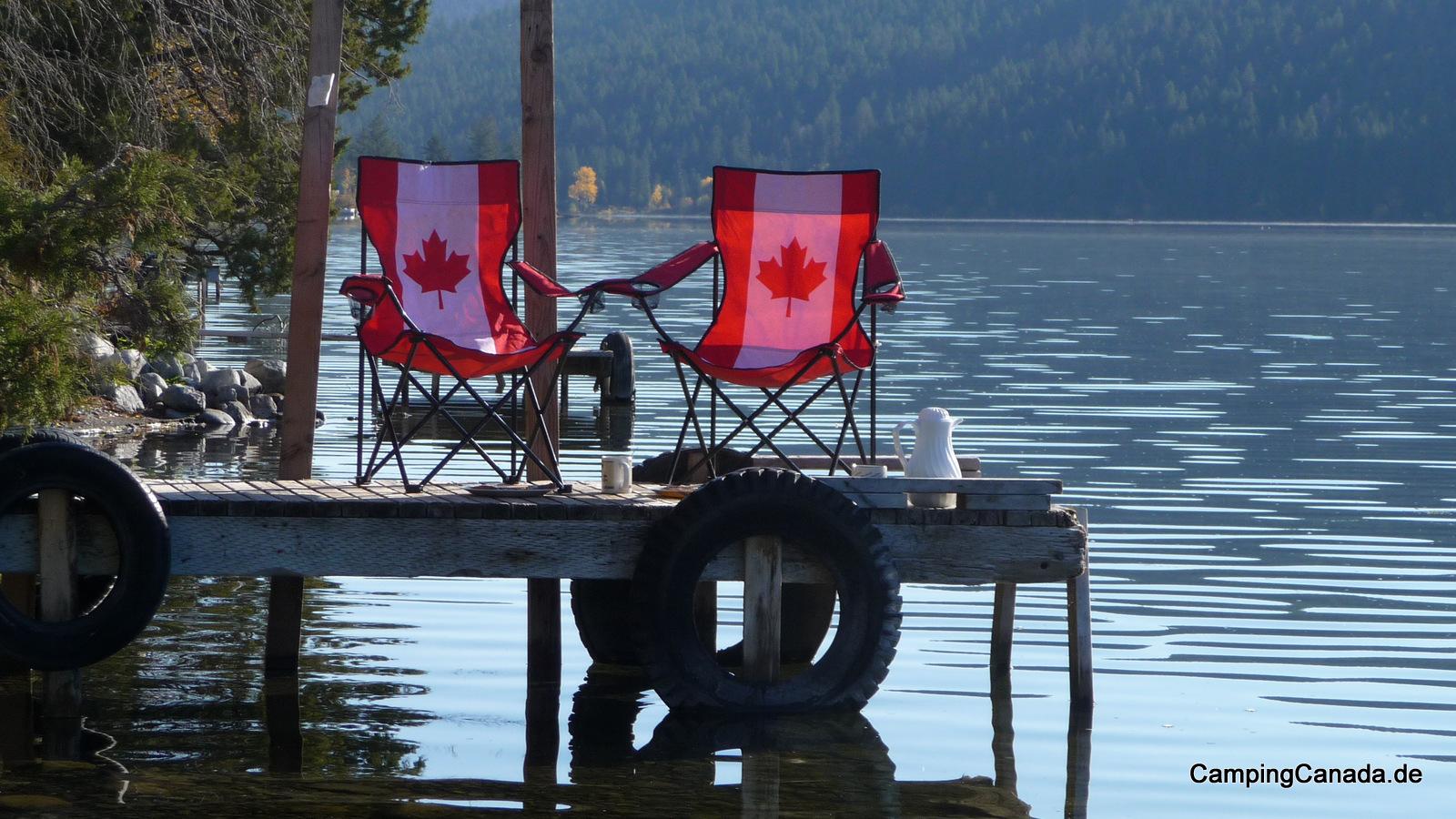 Campingstühle auf einem Steg am Loon Lake