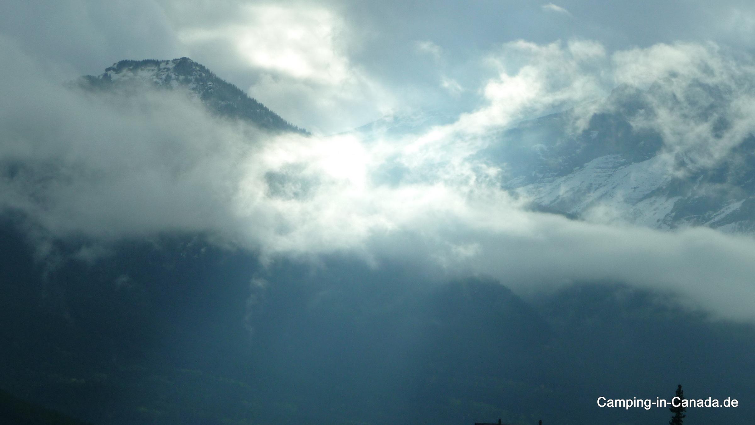 Aufgenommen auf dem Highway von Calgary nach Banff mit den Rocky Mountains im Hintergrund